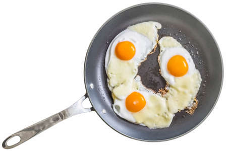 huevo blanco: Huevos fritos con queso en Teflon Sart�n aislado.