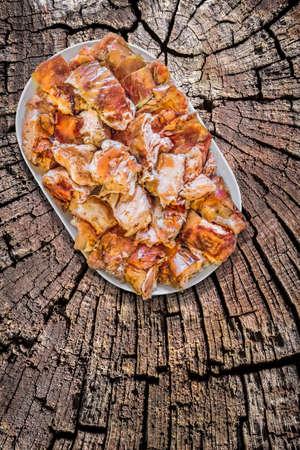 spanferkel: Teller von Spit Roasted Pork Slices auf alten verwitterten Holzdielen Oberflächen