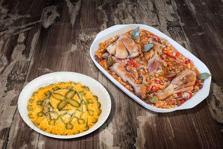 ensalada rusa: Horno Estofado de verduras al horno con carne de pollo y plato de ensalada rusa adornado en la tabla de madera vieja