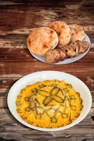 ensalada rusa: Ensalada rusa Adornado con Baguette Integral rebanadas de pan y pan de pita Panes en mesa de madera Foto de archivo