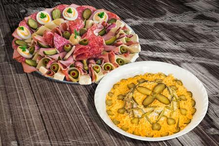 russian salad: Ensalada rusa con el aperitivo salado Meze plato en el vector de madera agrietada vieja