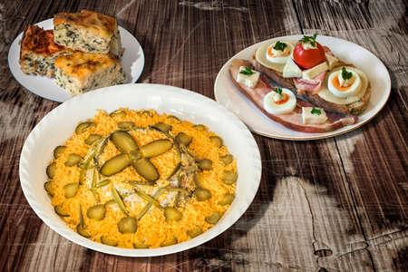 russian salad: Ensalada rusa con tocino huevo y queso sándwich de queso y espinacas Pie Zeljanica en mesa de madera vieja