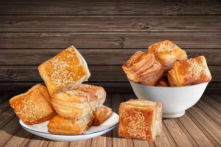 comidas rapidas: Plaza Puff Croissant Pasteles en el fondo de bamb� Estera de lugar Foto de archivo