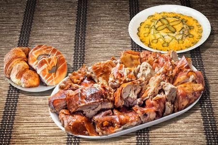 russian salad: Plato de carne de cerdo Asado al pincho con ensalada rusa y Croissant Hojaldre de tejido de Pergamino Mantelito