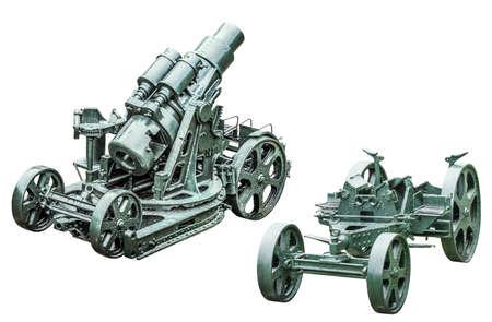 WWI schwere Belagerung Haubitze Kanone Å Koda 305 mm, Modell 1911, Rückansicht, mit separatem Kanonenlaufwagen, isoliert auf weißem Hintergrund und mit präzisem Beschneidungspfad ausgestattet.