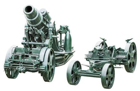 WWI schwere Belagerung Haubitze Kanone Å Koda 305 mm, Modell 1911, Vorderansicht, mit separatem Kanonenlaufwagen, isoliert auf weißem Hintergrund und mit präzisem Beschneidungspfad ausgestattet.
