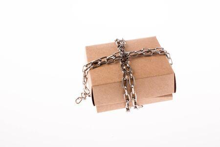 Kartonnen doos in kettingen op een witte achtergrond Stockfoto