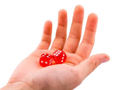 Hand die rode dobbelstenen op een witte achtergrond houdt