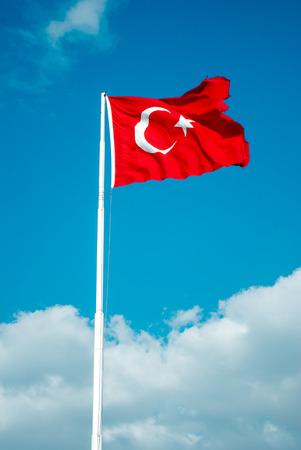Turkse nationale vlag hangt op een pool in open lucht