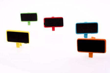 letreros: pequeños letreros de colores sobre un fondo blanco
