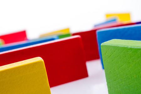 Dominos de couleur sur un fond blanc Banque d'images - 66860963