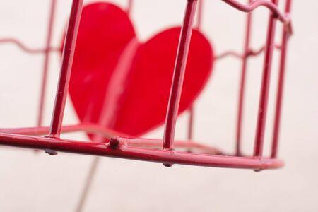 Rote Herzform Symbol In Metall Verdrahtet Käfig Lizenzfreie Fotos ...