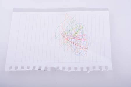 scrawl: papel rayado en blanco garabateado con lápices de colores