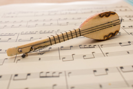 Model van Turks muziekinstrument saz op papier met muzieknoten
