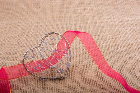Band en Hartvormige kooi op linnen doek Stockfoto