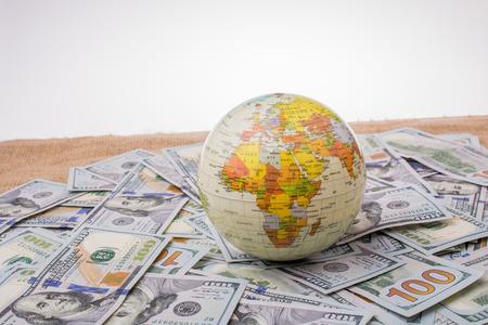 モデルの世界はスプレッド米ドル紙幣に配置されます。 写真素材 - 75394739