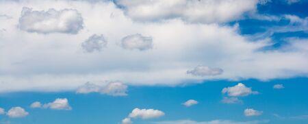 Blauer Himmel bedeckt mit Weiß und Wolken