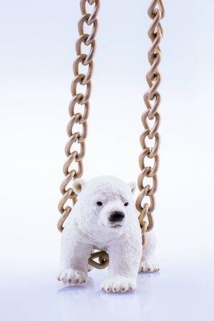 Eisbärjunges und Kette auf einem weißen Hintergrund Standard-Bild - 87541231