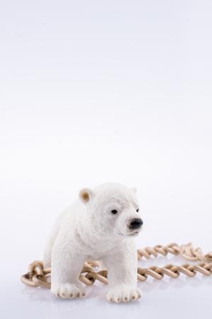Eisbärjunges und Kette auf einem weißen Hintergrund Standard-Bild - 87940690