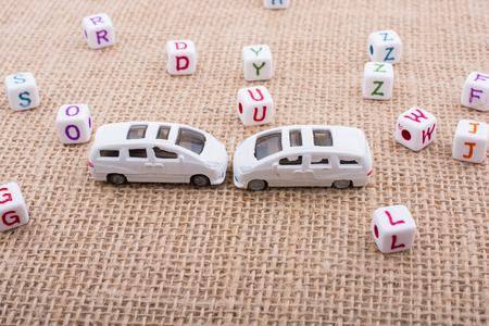 Cubes-lettres et petites voitures en jouet comme moyen de transport Banque d'images - 92403378