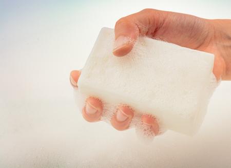 mano de lavado y espuma de jabón en un fondo translúcido