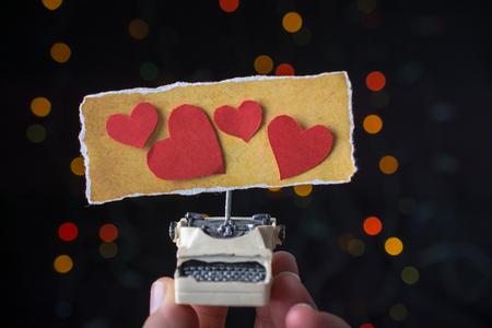 Formulazione di San Valentino sulla macchina da scrivere strappata come concetto di amore