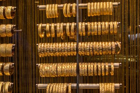 Schaufenster mit Dutzenden von goldenen Armbändern und Armreifen Standard-Bild