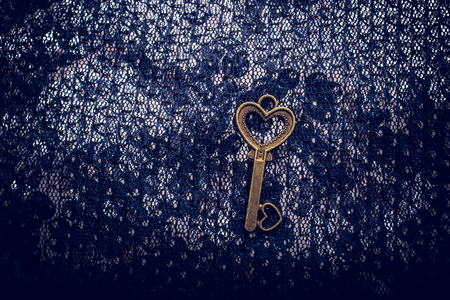 Heart shaped retro metal key on bright background Banque d'images - 119312733