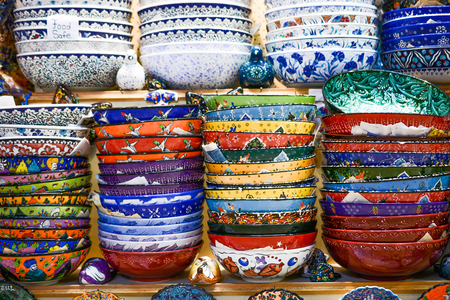 Different type of colorful Turkish ceramic tableware in the Bazaar Stockfoto