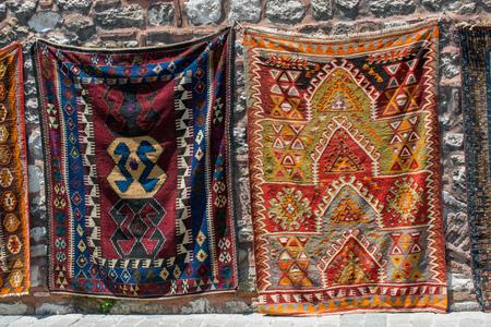 Traditionele Turkse handgemaakte tapijten en vloerkleden Stockfoto