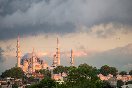 Vista esterna della moschea in stile ottomano a Istanbul Archivio Fotografico