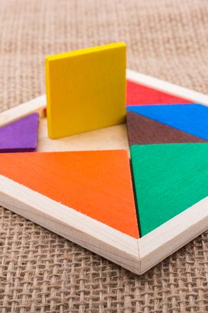 Bunte Teile eines quadratischen Tangram-Puzzles Standard-Bild