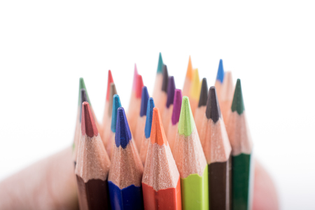 Farbstifte verschiedener Farbe auf weißem Hintergrund