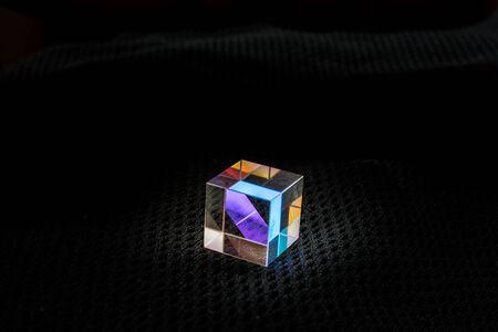 Cubo de vidrio óptico Dispersión de luz, espectro. Refracciones de rayos ópticos de física
