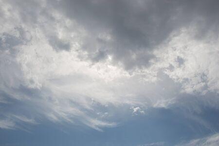 Des nuages sombres et gris sont dans le ciel