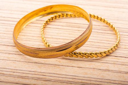 Display of of golden bracelets examples of Turkish jewelry Standard-Bild