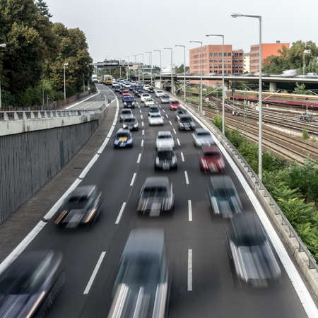 Autobahn in der Nähe einer sbahn Lizenzfreie Bilder