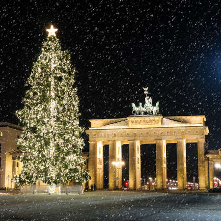 brandenburger tor in december with a christmas tree and snowflakes Stok Fotoğraf