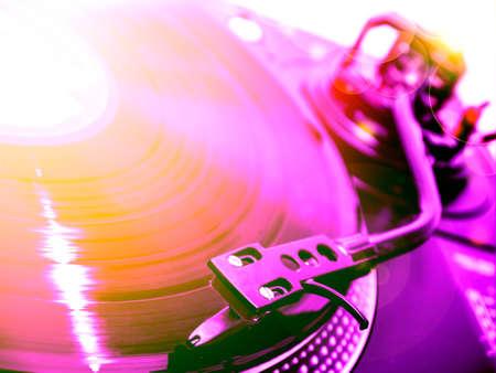 바이올렛과 오렌지 빛의 dj 턴테이블