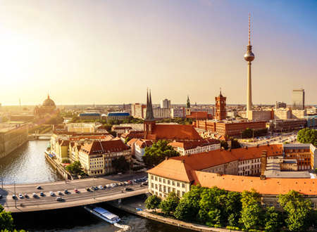 석양에 마을 회관 및 TV 타워와 베를린에서 파노라마보기 스톡 콘텐츠