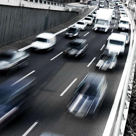 carros em movimento na estrada na tarde