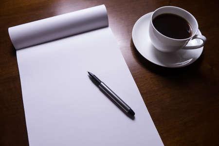 folha de papel, caneta e x