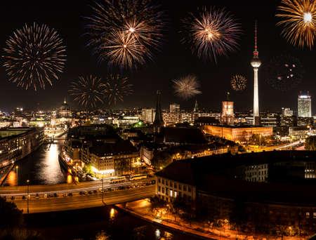 Berlin mit einem Feuerwerk an neuen Jahr Standard-Bild - 23798741