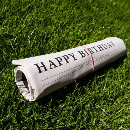 Happy Birthday Papier auf grünem Gras