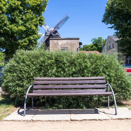 banco e moinho de vento em werder Havel em hor