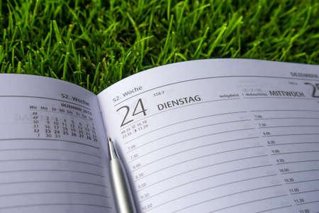 december kalender: kalender (december) op de groene weide