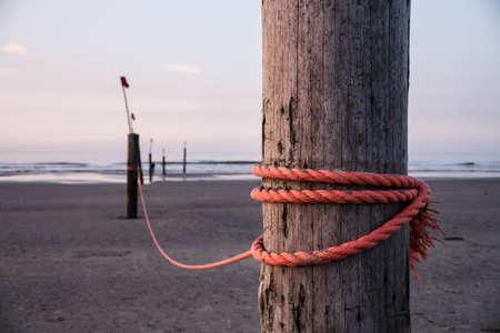 forte corda vermelha na estaca de madeira