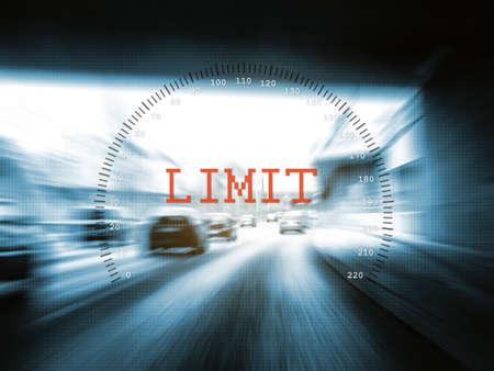 velocimetro: límite de velocidad en una autopista Foto de archivo