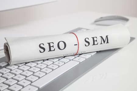Seo sem auf Zeitungspapier auf Computer-Tastatur geschrieben Standard-Bild - 29836310