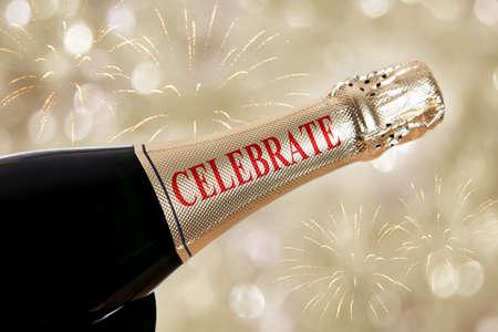 vieren geschreven op de fles champagne op oudejaarsavond